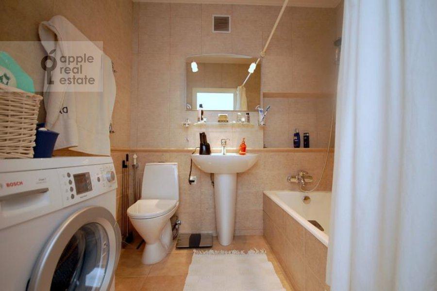 Bathroom of the 2-room apartment at Skakovaya ul. 18k2