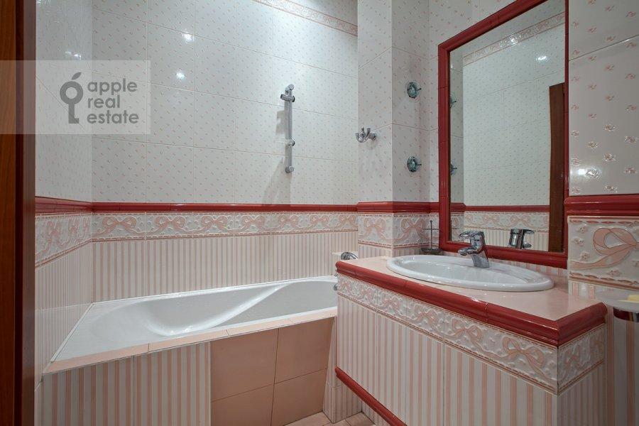 Bathroom of the 6-room apartment at Sretenskiy bul'v. 6/1