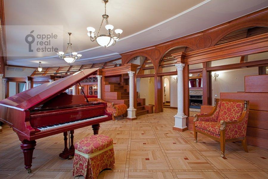 Living room of the 6-room apartment at Sretenskiy bul'v. 6/1