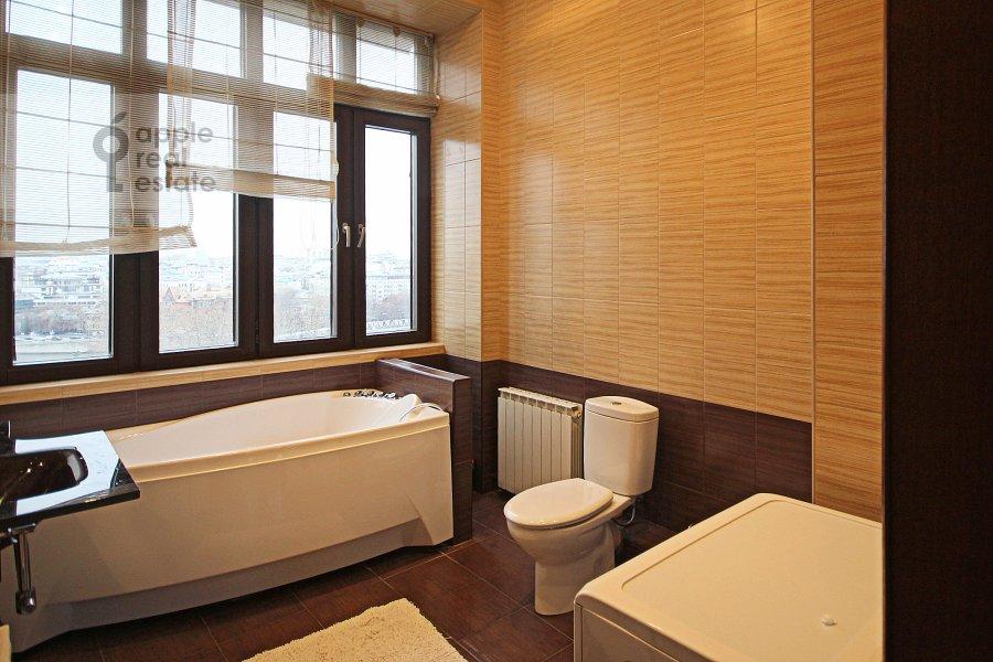 Санузел в 3-комнатной квартире по адресу Серафимовича ул. 2