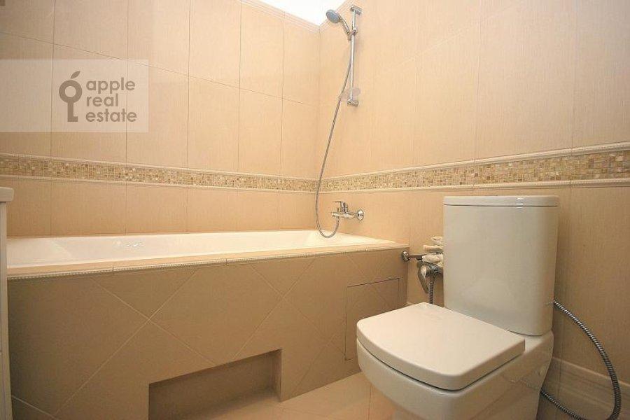 Bathroom of the 4-room apartment at Mashkova ulitsa 16