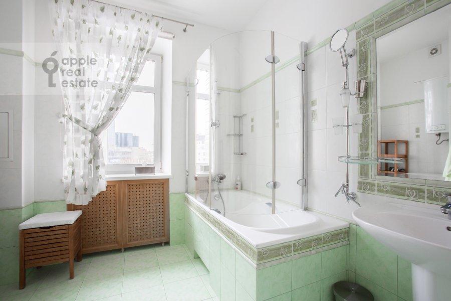 Bathroom of the 3-room apartment at Novinskiy bul'v. 12