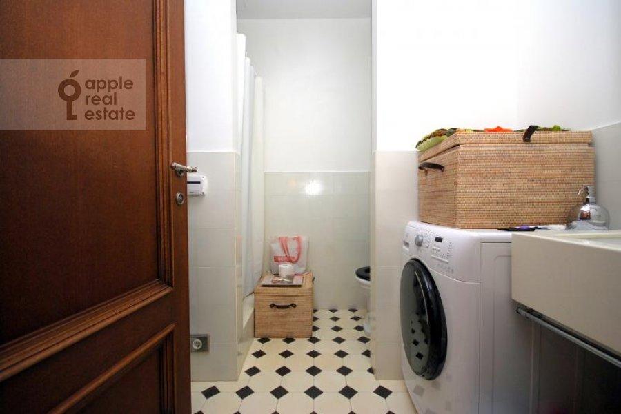 Санузел в 6-комнатной квартире по адресу Хлебный переулок 6