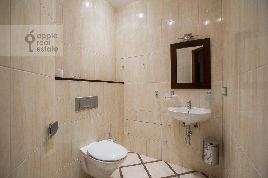 Санузел в 4-комнатной квартире по адресу Молочный пер. 1