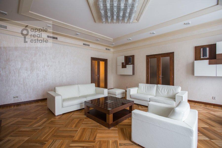 Гостиная в 4-комнатной квартире по адресу Молочный пер. 1