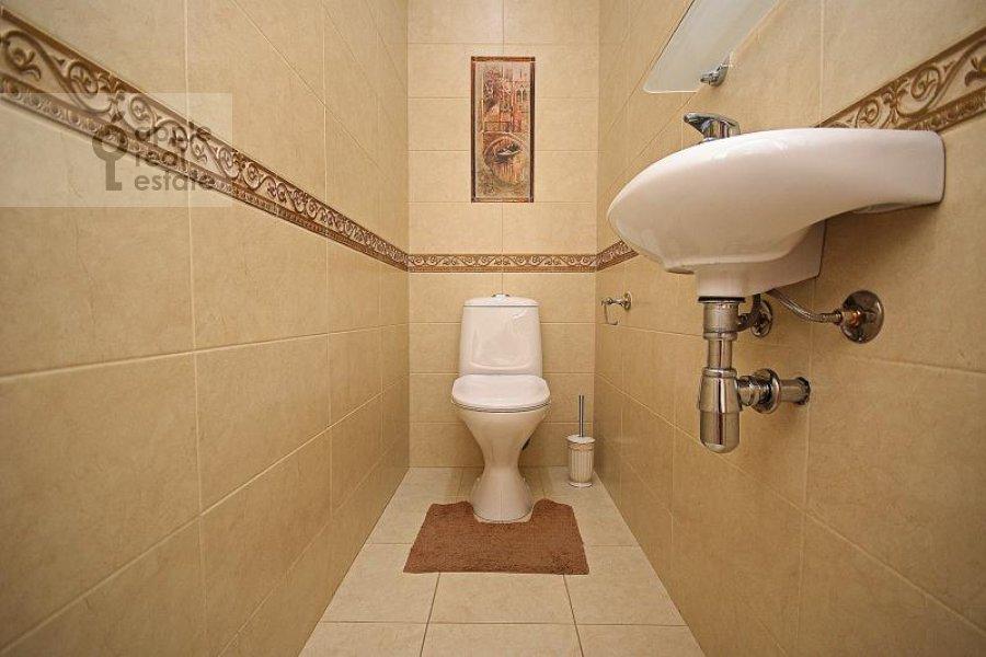 Bathroom of the 5-room apartment at Goncharnaya ul. 26k1