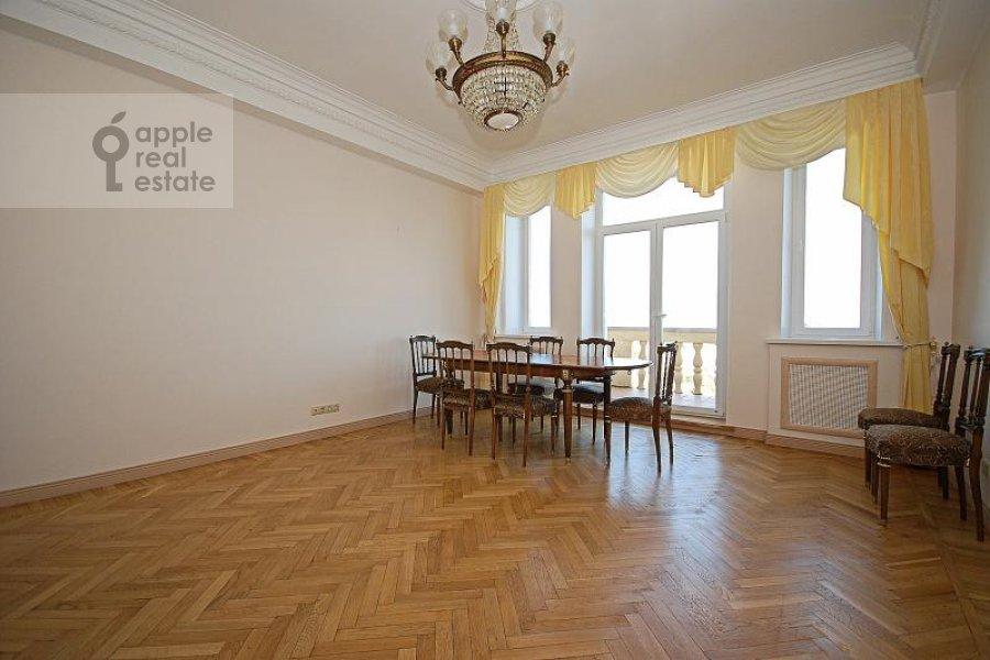 Living room of the 5-room apartment at Goncharnaya ul. 26k1