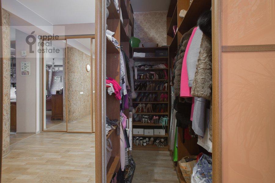 Гардеробная комната / Постирочная комната / Кладовая комната в 3-комнатной квартире по адресу Бродников пер. 10с2