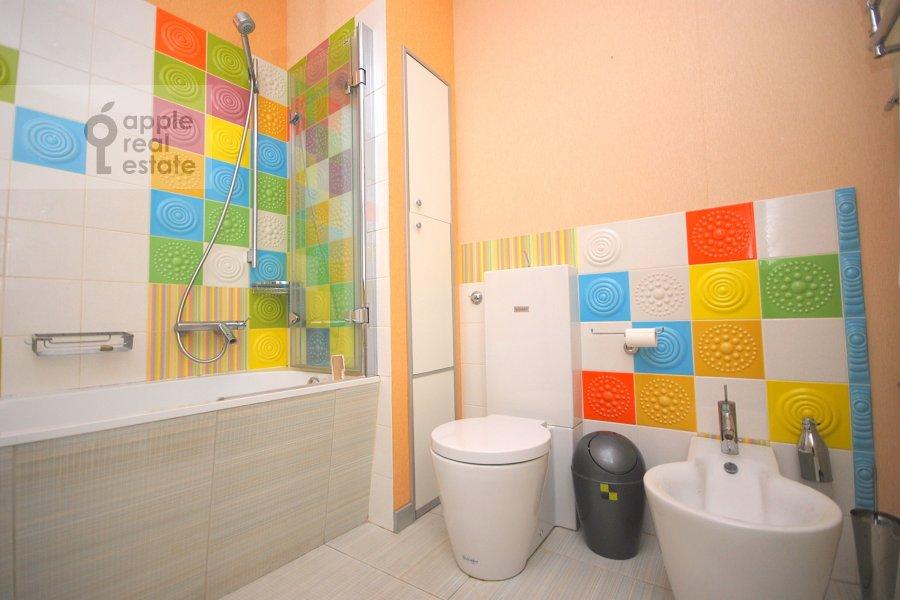 Bathroom of the 4-room apartment at Staropimenovskiy per. 8