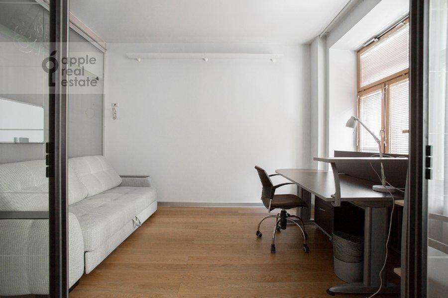 Children's room / Cabinet of the 4-room apartment at Staropimenovskiy per. 8