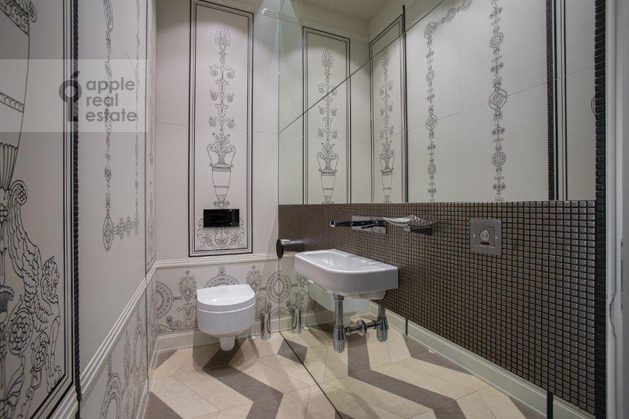 Bathroom of the 4-room apartment at Yakimanskiy per. 6
