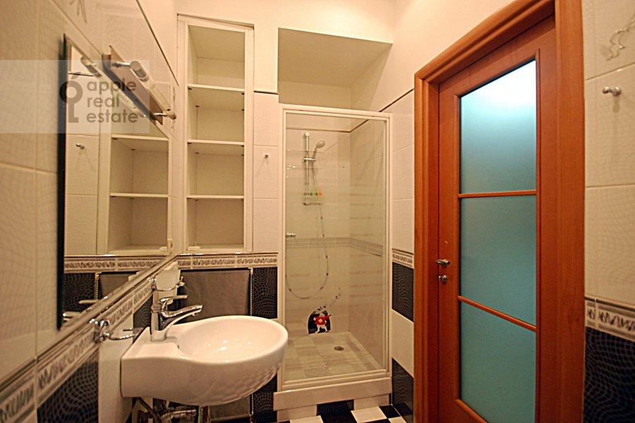 Bathroom of the 3-room apartment at Ordynka Bol'shaya ul. 67
