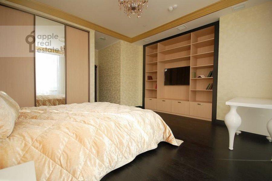 Bedroom of the 3-room apartment at Mosfil'movskaya ul. 8