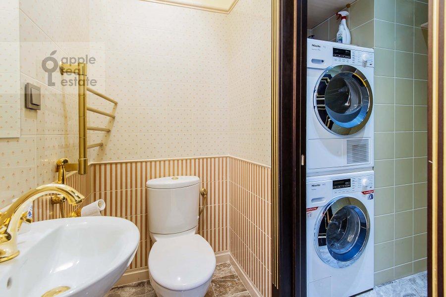Bathroom of the 3-room apartment at Mosfil'movskaya ul. 8
