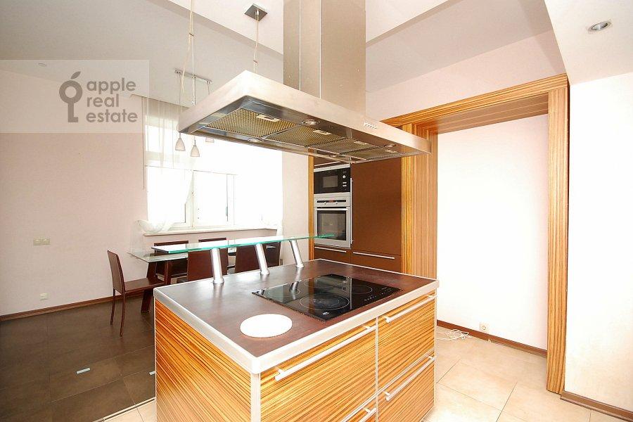 Кухня в 5-комнатной квартире по адресу Авиационная улица 79к1
