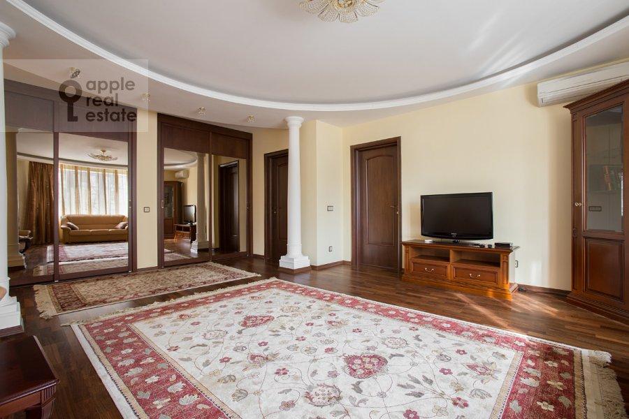Гостиная в 3-комнатной квартире по адресу Дмитровка Малая ул. 15