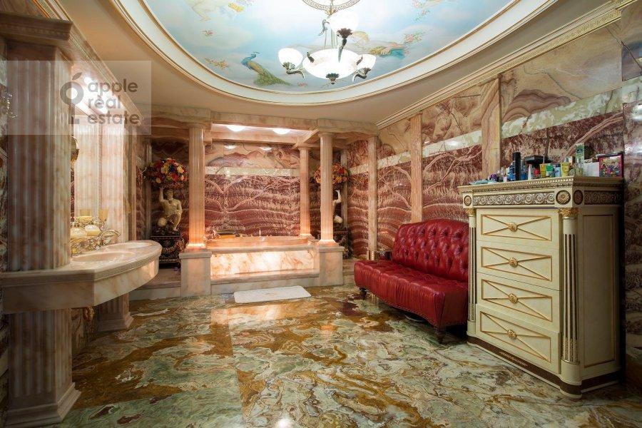 Bathroom of the 6-room apartment at Aviatsionnaya ul. 79