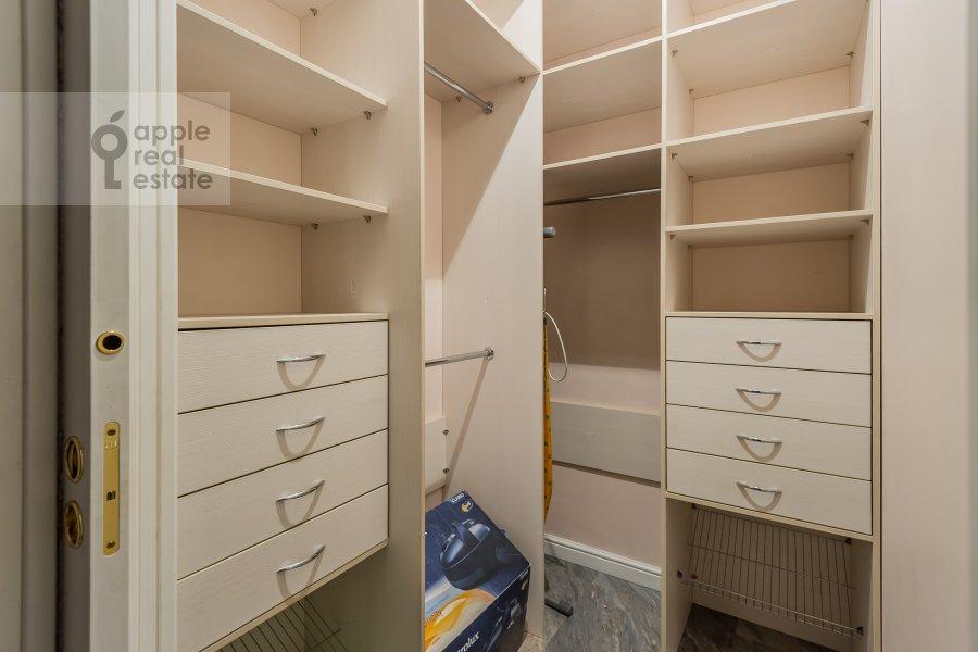 Гардеробная комната / Постирочная комната / Кладовая комната в 2-комнатной квартире по адресу Петровский бульв. 21