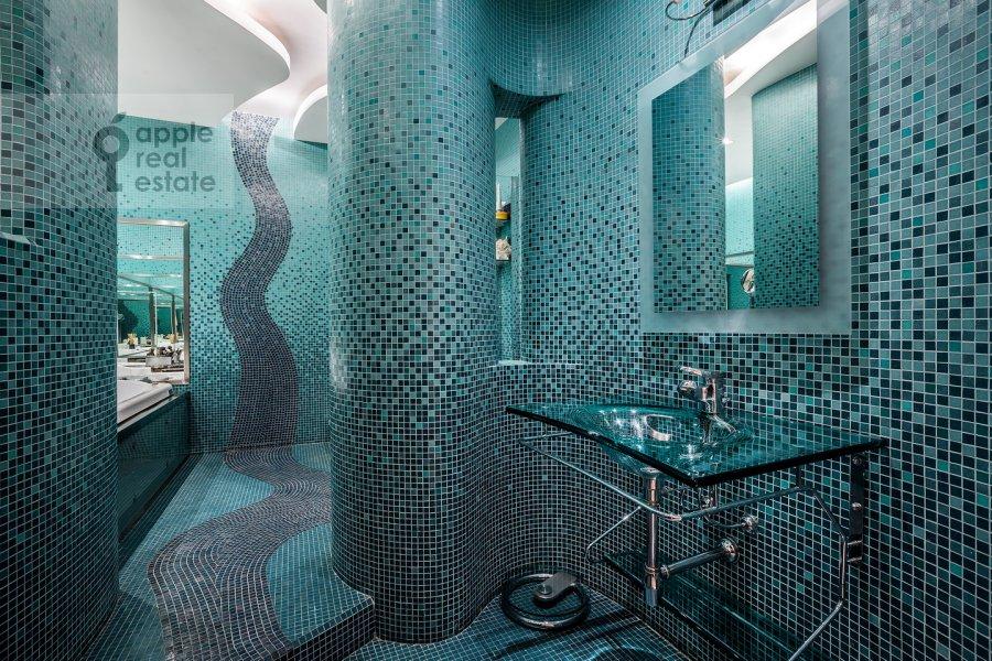 Bathroom of the 3-room apartment at Ostozhenka ul. 25