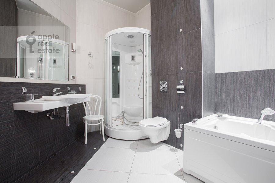 Bathroom of the 2-room apartment at Orlikov per. 8