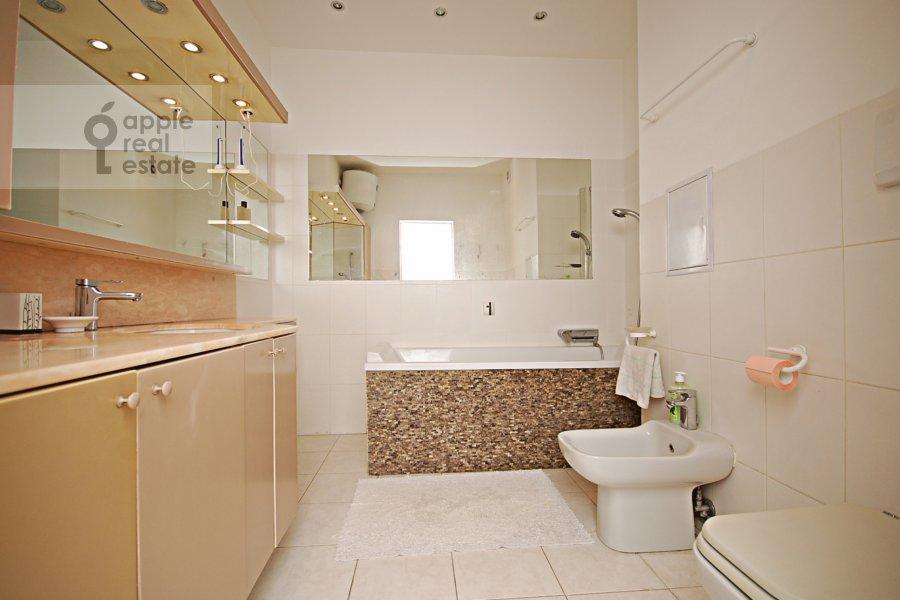 Bathroom of the 3-room apartment at Sadovaya-Kudrinskaya ulitsa 8/12