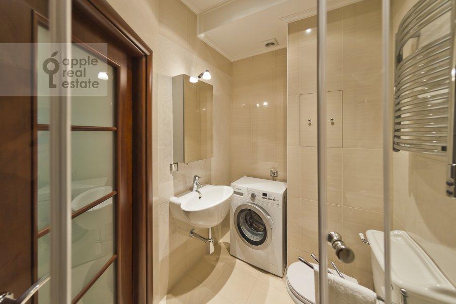 Bathroom of the 3-room apartment at Udal'tsova ul. 85a