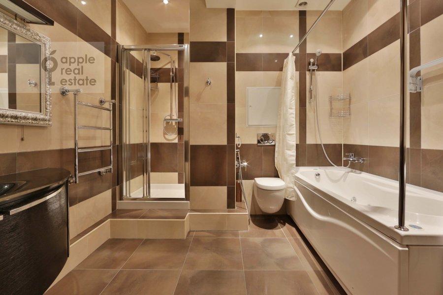 Bathroom of the 4-room apartment at Tikhvinskaya ul. 10