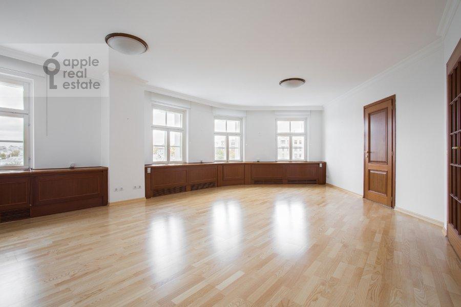 Гостиная в 4-комнатной квартире по адресу Цветной бульв. 16