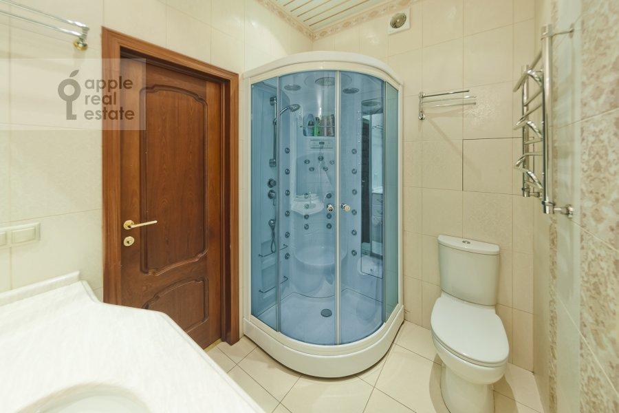Bathroom of the 3-room apartment at Davydkovskaya ul. 16