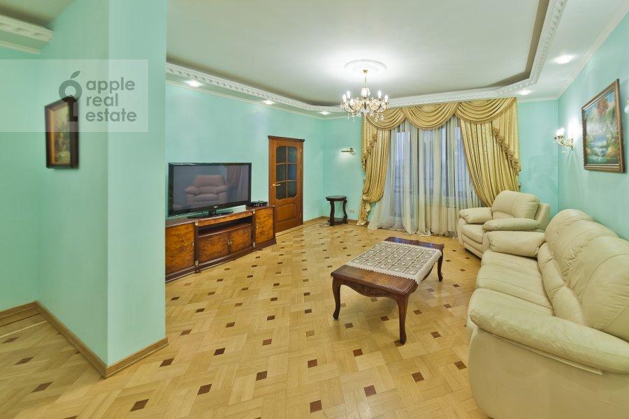 Living room of the 3-room apartment at Davydkovskaya ul. 16