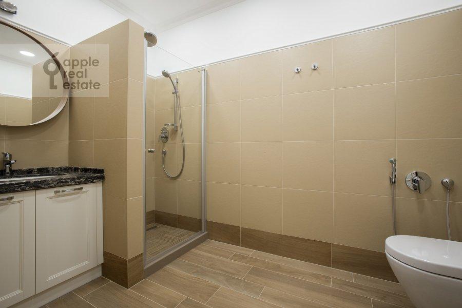 Bathroom of the 5-room apartment at Bol'shoy Tishinskiy pereulok 10s1