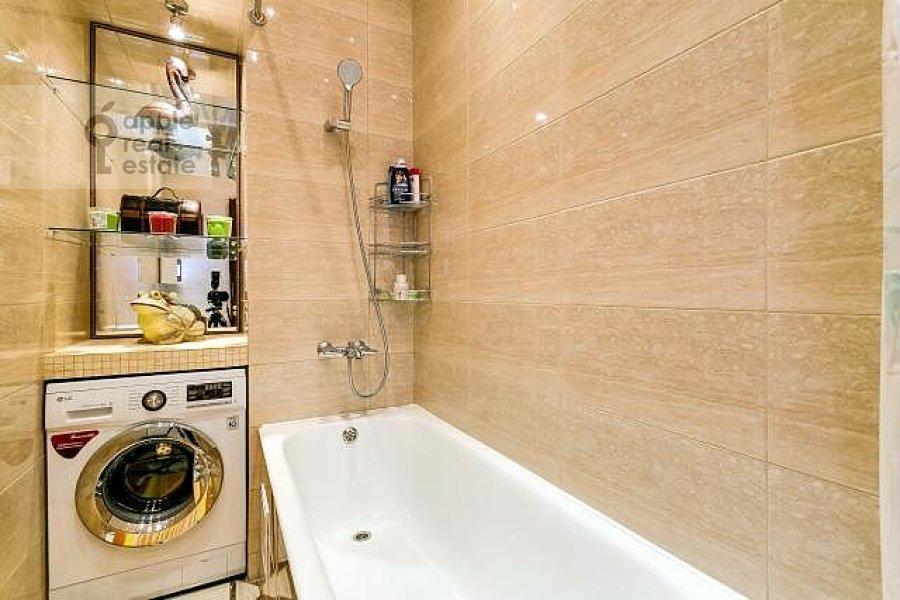 Bathroom of the 3-room apartment at Varsonof'evskiy per. 4s1