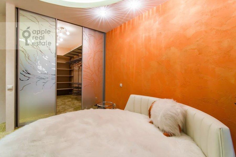 Спальня в 5-комнатной квартире по адресу Бажова ул. 8