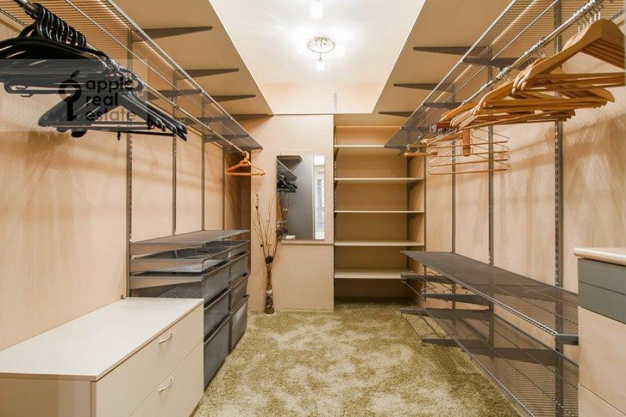 Гардеробная комната / Постирочная комната / Кладовая комната в 5-комнатной квартире по адресу Бажова ул. 8