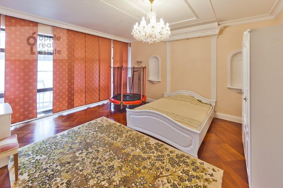 Bedroom of the 4-room apartment at Lyalin per. 19k1