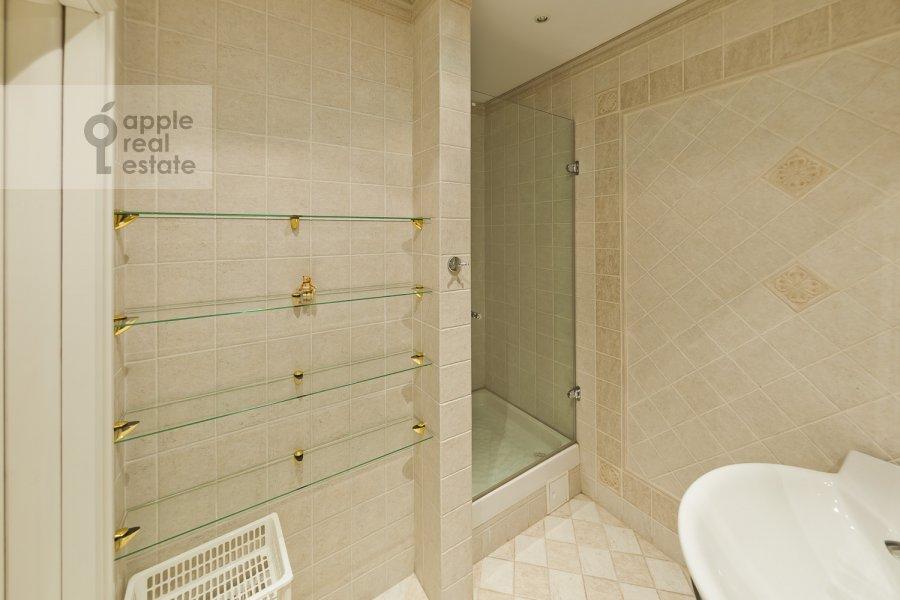 Bathroom of the 4-room apartment at Lyalin per. 19k1