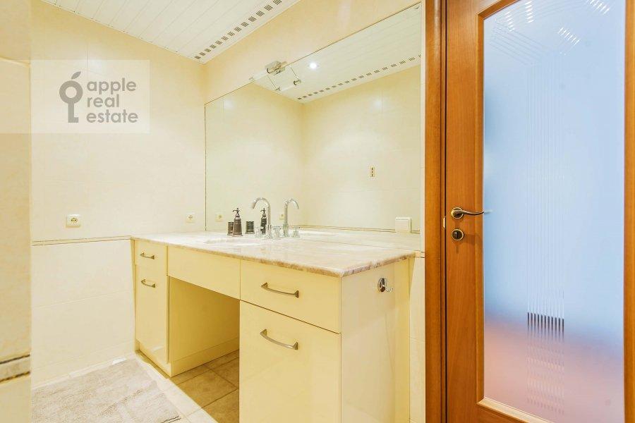 Bathroom of the 3-room apartment at Mosfil'movskaya ul. 70k3