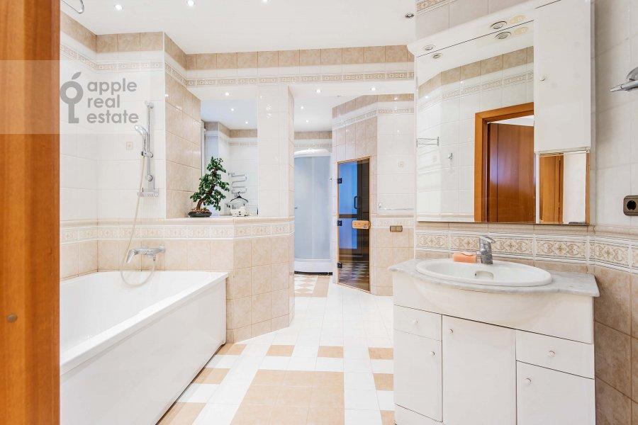 Bathroom of the 4-room apartment at Zoologicheskaya ul. 22
