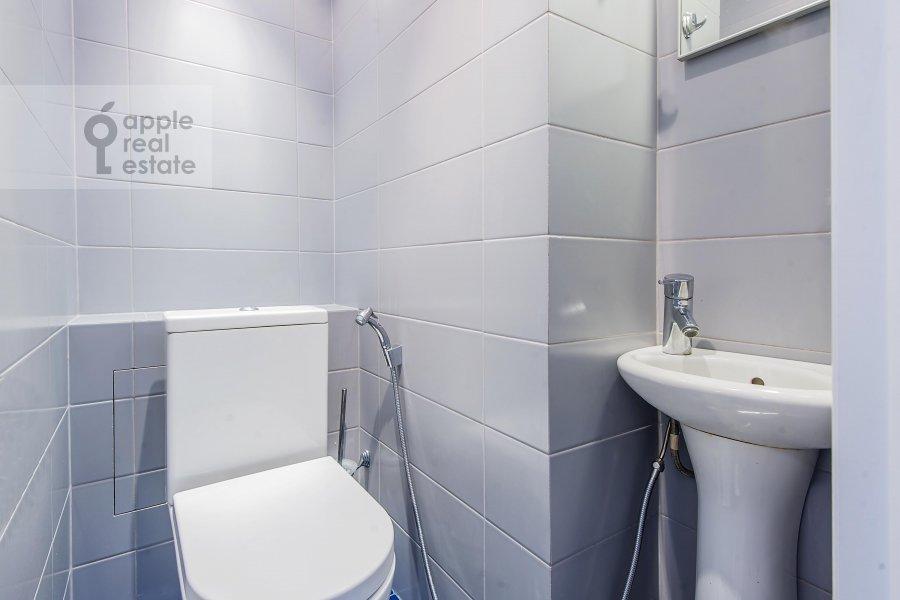 Bathroom of the 3-room apartment at Bakhrushina ul. 4s1