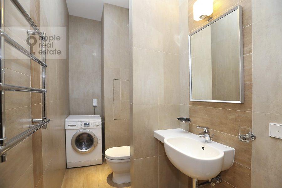 Bathroom of the 4-room apartment at Novyy Arbat ul. 27