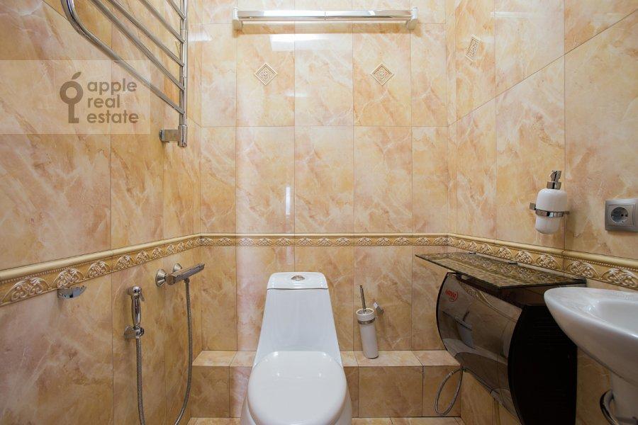 Bathroom of the 3-room apartment at Pyr'eva ul. 9k3