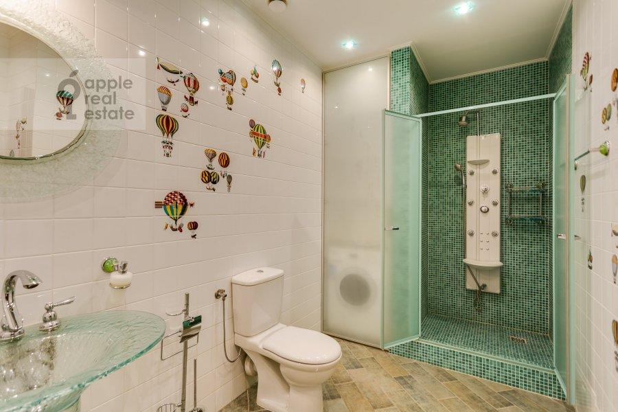 Bathroom of the 4-room apartment at 1-y Zachat'evskiy pereulok 5