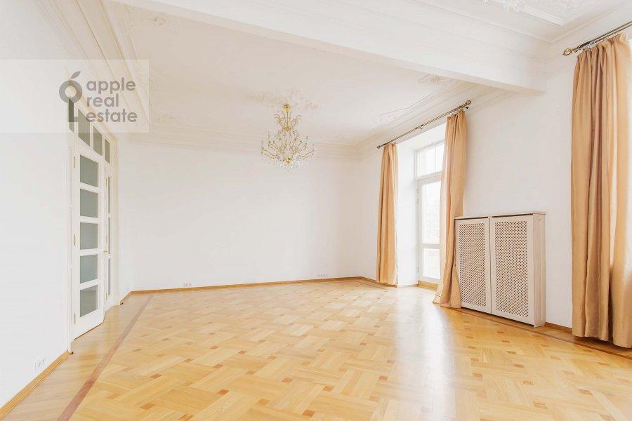 Living room of the 4-room apartment at Znamenka ul. 13s1