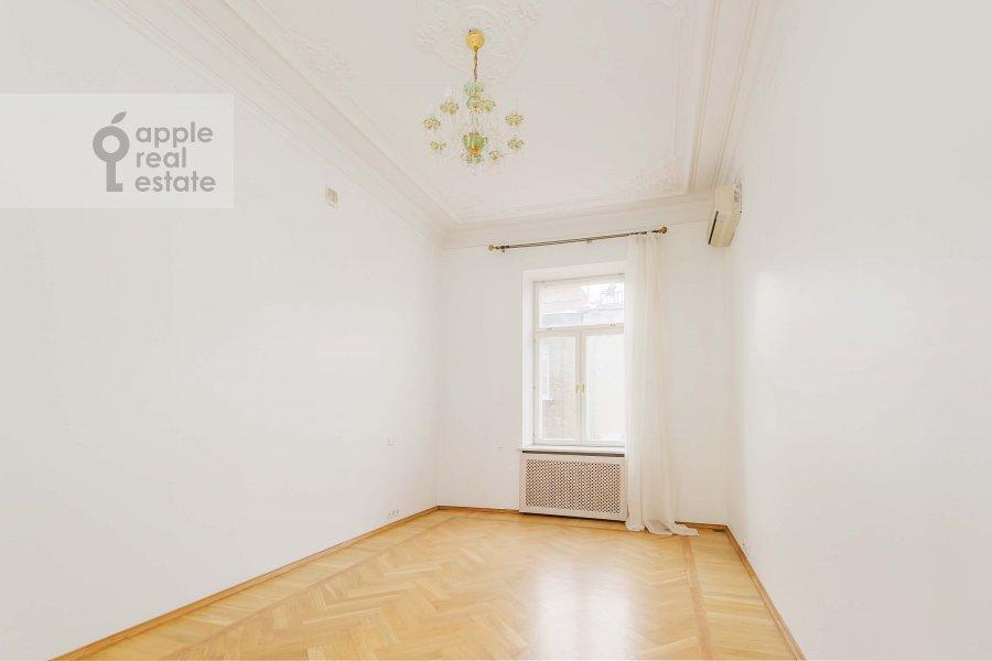 Bedroom of the 4-room apartment at Znamenka ul. 13s1