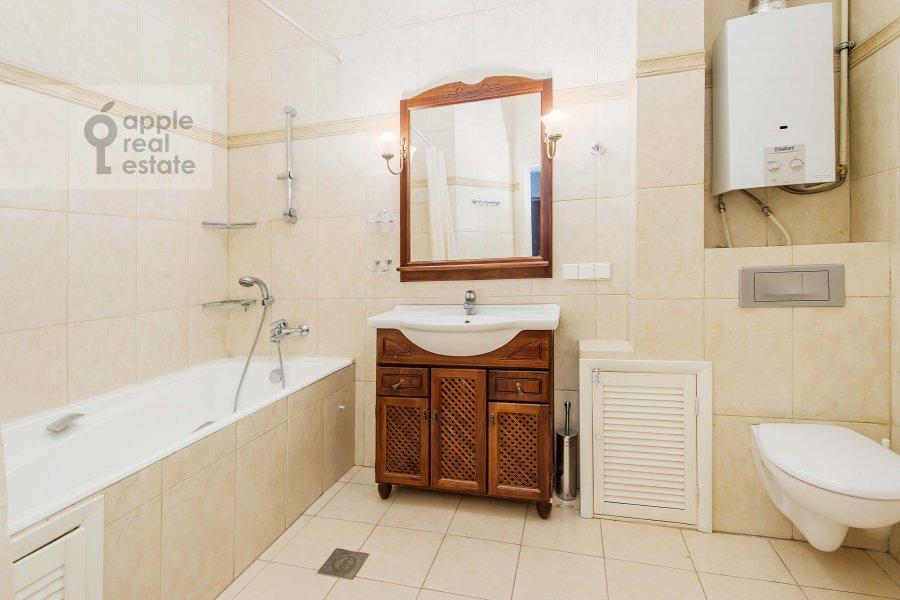 Bathroom of the 4-room apartment at Znamenka ul. 13s1