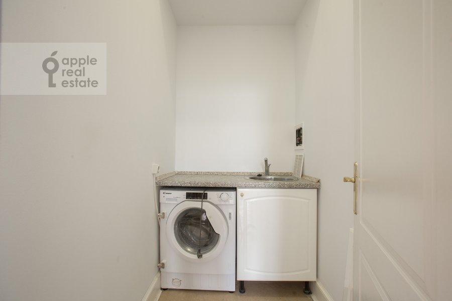 Гардеробная комната / Постирочная комната / Кладовая комната в 4-комнатной квартире по адресу Брюсов пер. 1Б