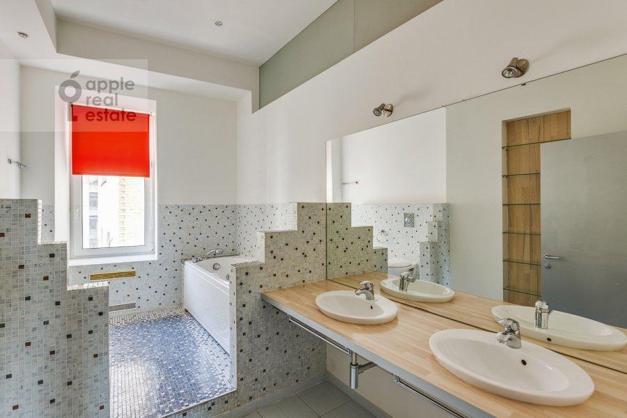Санузел в 4-комнатной квартире по адресу Климентовский пер. 6