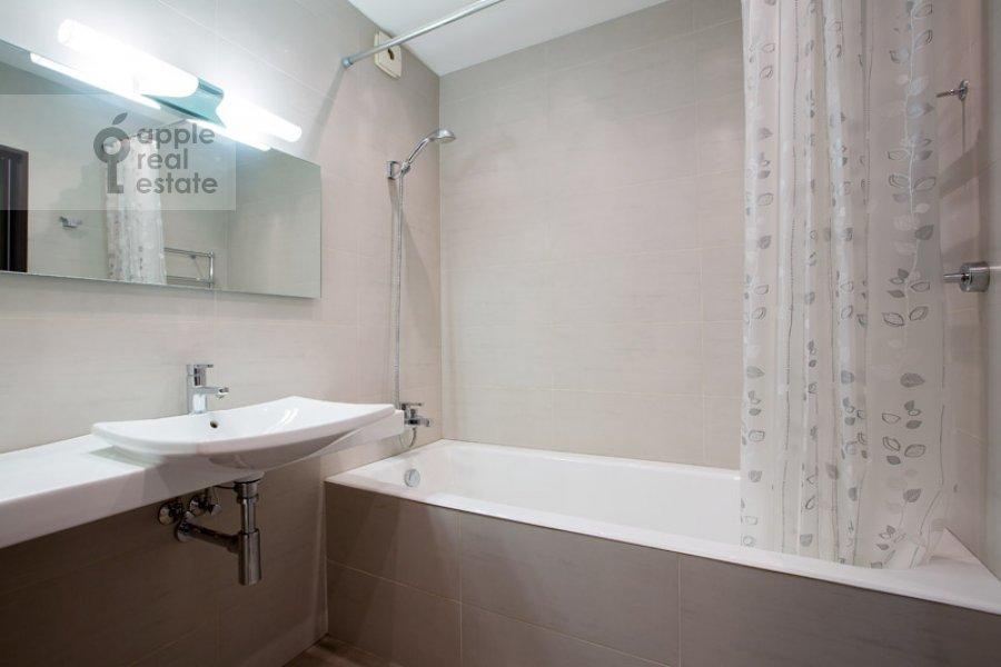 Bathroom of the 2-room apartment at Polyanka Malaya ul. 8