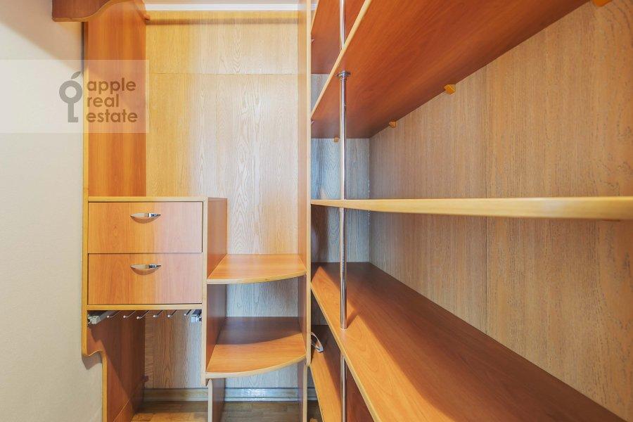 Гардеробная комната / Постирочная комната / Кладовая комната в 3-комнатной квартире по адресу Петровка ул. 28с2