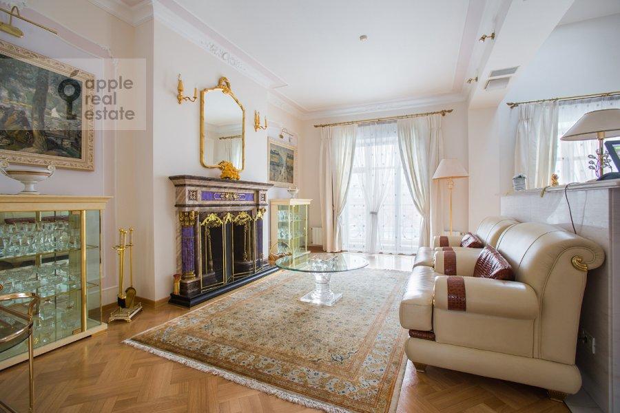 Living room of the 4-room apartment at Denezhnyy pereulok 14/3